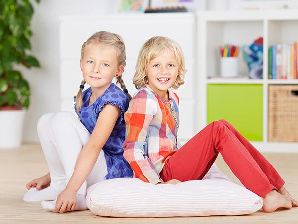 Geschwister im Kinderzimmer