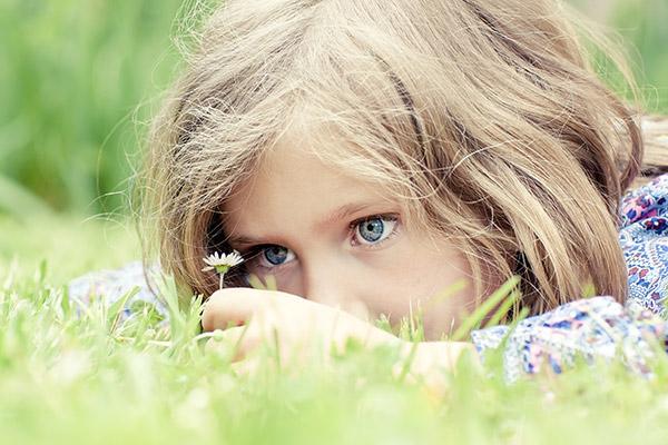 Kind beim Blumen pflücken