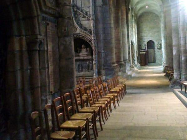 Seitenschiff einer Kirche