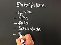 Auf Tafelfolie mit einem Kreidemarker schreiben