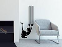 Witziges Wandtattoo Kratzende Katze neben dem Kamin