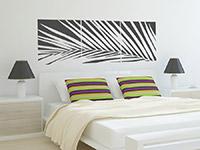 Palmenblatt Wandtattoo Banner in schwarz über dem Bett