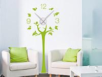 Wandtattoo Uhr Baum im Wohnzimmer in lindgrün