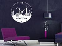 New York Wandtattoo Uhr in weiß auf dunkler Wand