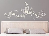 Wandtattoo Ornament mit Schmetterling im Schlafzimmer