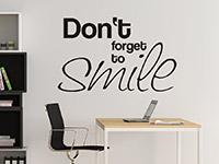 Wandtattoo Spruch Smile in schwarz im Wohnbereich
