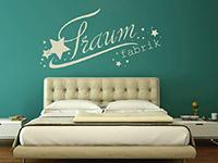 Modernes Wandtattoo Traumfabrik in beige über dem Bett