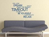 Englisches Wandtattoo Timeout über der Couch