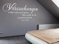 Oscar Wilde Zitat Wandtattoo Versuchungen sollte man... auf dunkler Wandfläche