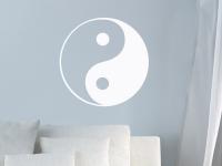 Yin und Yang als Wandtattoo auf blauer Wand