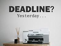 Englisches Wandtattoo Deadline Yesterday am Arbeitsplatz