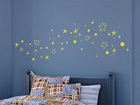 Sternenhimmel Wandtattoo in gelb auf blauer Wand