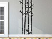 Wandtattoo Baumstämme mit Tieren in grau im Flur