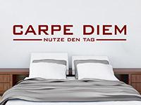 schlicht gestaltetes Carpe Diem Wandtattoo über dem Bett