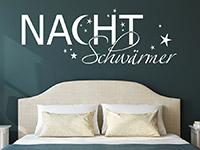 Wandtattoo Nachtschwärmer auf dunkler Wandfläche über dem Bett