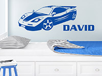 Wandtattoo Rennwagen in blau über dem Kinderbett