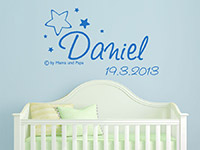 Baby Wandtattoo Wunschname mit Datum und Sternen im Kinderzimmer