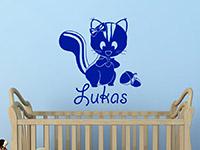 WandtattooStreifenhörnchen mit Wunschname im Kinderzimmer in königsblau