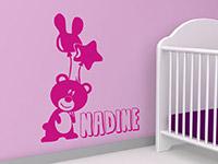 Wandtattoo Bär mit Wunschname in pink im Kinderzimmer