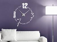 Wandtattoo Uhr Schriften im Wohnzimmer in weiß