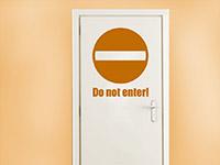 Tür Wandtattoo Do not enter in Farbe auf heller Türfläche