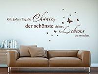 motivierendes Gib jeden Tag die Chance Wandtattoo über dem Sofa