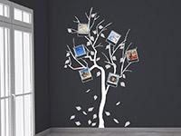 Wandtattoo Fotobaum in weiß und grau im Wohnzimmer