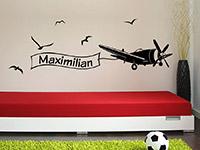 Wandtattoo Flugzeug mit Name im Kinderzimmer in schwarz