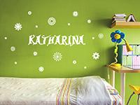 Wunschnamen Wandtattoo mit Blüten im Kinderzimmer
