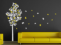 Zweifarbiger Wandtattoo Ahornbaum im Wohnzimmer in weiß und gelb