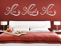 Wandtattoo Live Laugh Love im Schlafzimmer über dem Bett