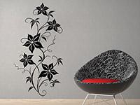 Wandtattoo Blühende Ranke in schwarz im Wohnzimmer