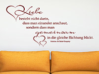 Zitat Wandtattoo Liebe besteht nicht darin... über dem Sofa in rot