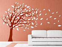 Baum im Wind Wandtattoo in weiß auf farbiger Wand