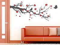 Zweifarbiger Wandtattoo Kirschblütenzweig neben der Tür
