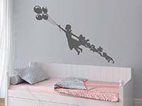 Märchenhaftes Wandtattoo Mädchen mit Luftballons über dem Bett