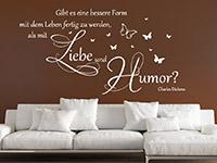 Zitat Wandtattoo Mit Liebe und Humor in weiß auf dunkler Wand
