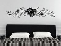 Verschnörkeltes Wandtattoo Große Blüten Ornament über dem Bett
