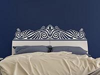Wandtattoo Barockes Ornament im Schlafzimmer in weiß