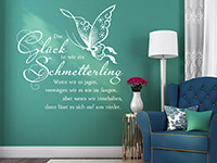 Wandtattoo Glück ist wie ein Schmetterling in weiß im Wohnzimmer