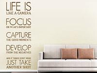 Spruch Wandtattoo Life is like a camera im Wohnzimmer