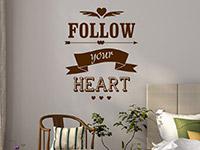 Englischer Wandtattoo SpruchFollow your heart in braun im Schlafzimmer