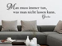 Goethe Zitat Wandtattoo Man muss immer tun über der Couch