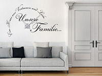 Familienspruch Wandtattoo Uhr Unsere Familie auf heller Wand