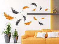 Zweifarbiges Federn Wandtattoo auf heller Wandfläche