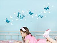 Zweifarbiges Wandtattoo Schmetterlinge Set über dem Bett