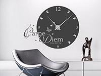 Wandtattoo Uhr Carpe Diem im Wohnzimmer