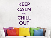 Englisches Wandtattoo Keep calm and chill out über der Couch