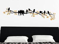 Wandtattoo Zierlicher Ast mit Vögeln über dem Bett