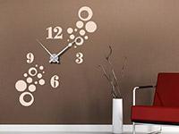 Uhr Wandtattoo mit stylischen Kreisen auf dunkler Wandfläche